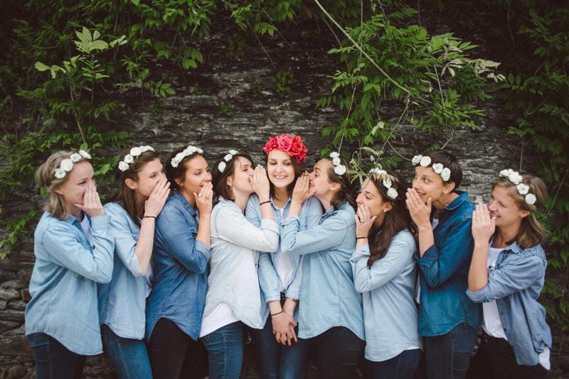 séance photo EVJF à Angers, groupe de copines, Angers, amitié, confettis, blues jeans, headband fleur