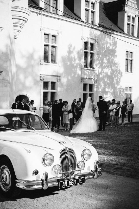 photo de mariage chic au chateau mairie d'Ancenis voiture ancienne