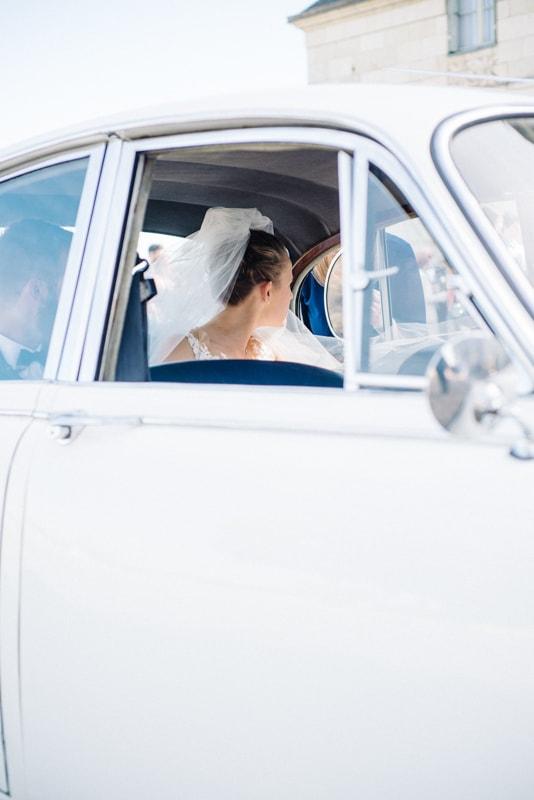 photo de mariage chic au chateau Abbatial de Saint Florent le Vieil voiture ancienne
