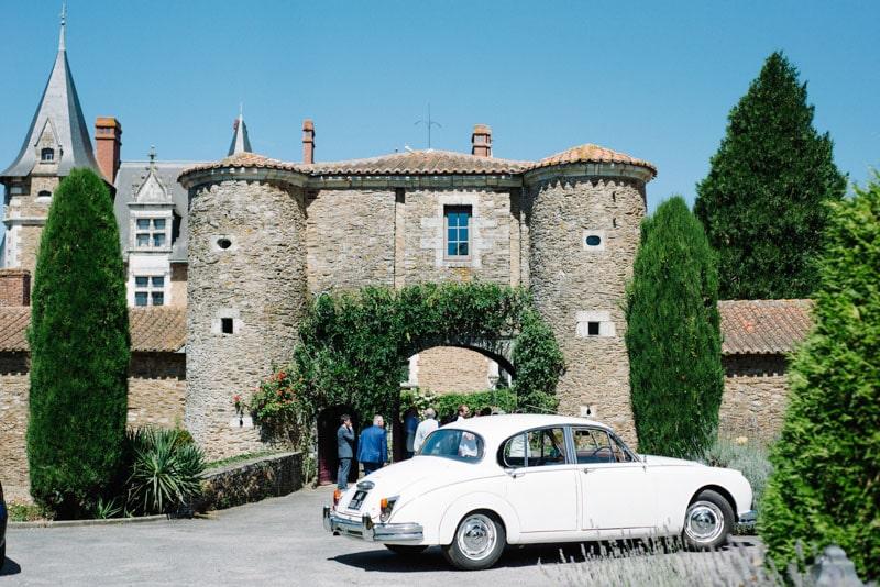 photo de mariage chic au chateau voiture ancienne