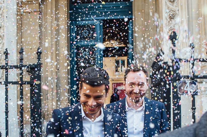 Photographe de mariage Gay à Paris, lancé de confettis.