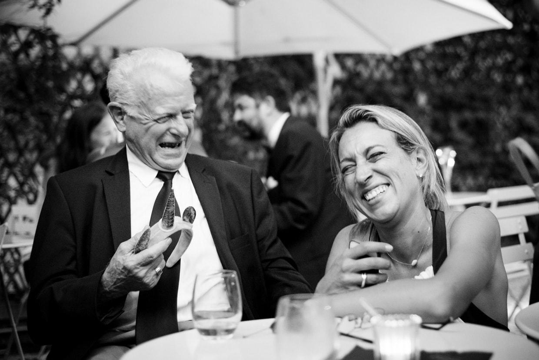 Une invitée eclate de rire avec le grand-père lors d'un mariage à la fondation Mona Bismark à Paris.