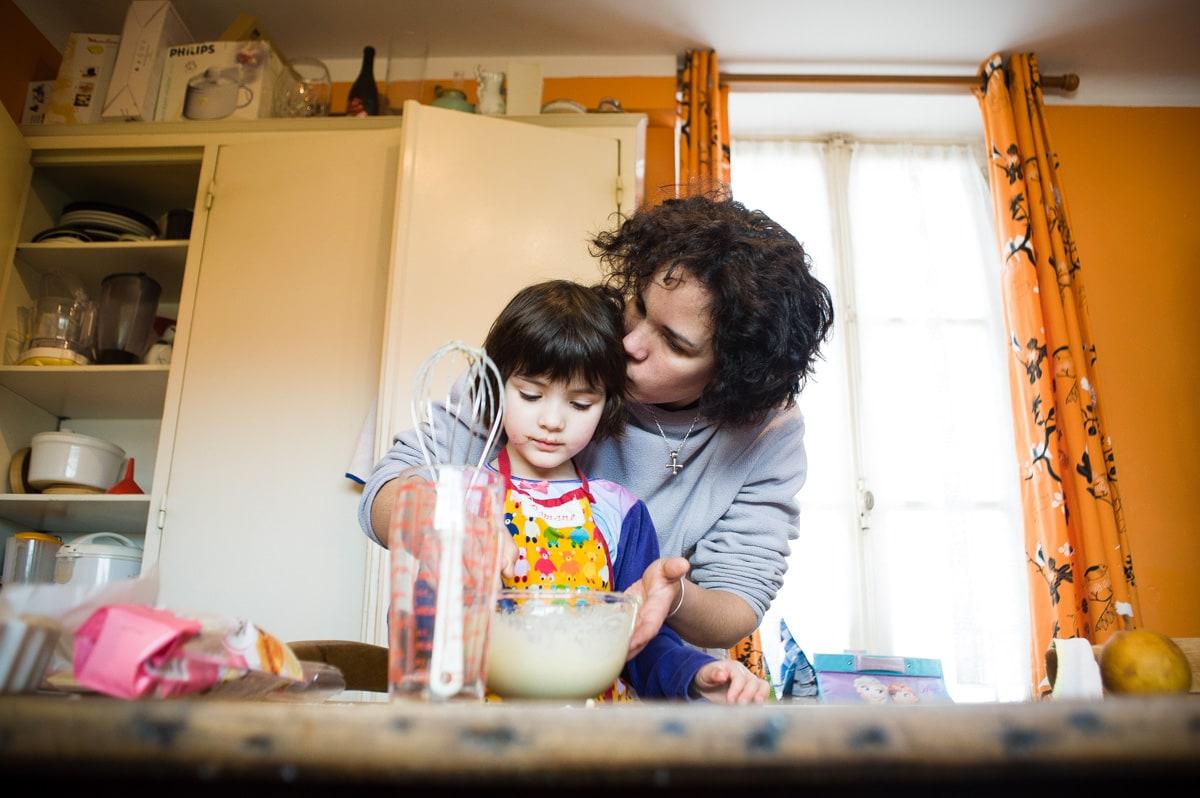 une maman et sa fille cuisinent un gâteau dans leur cuisine de Cholet