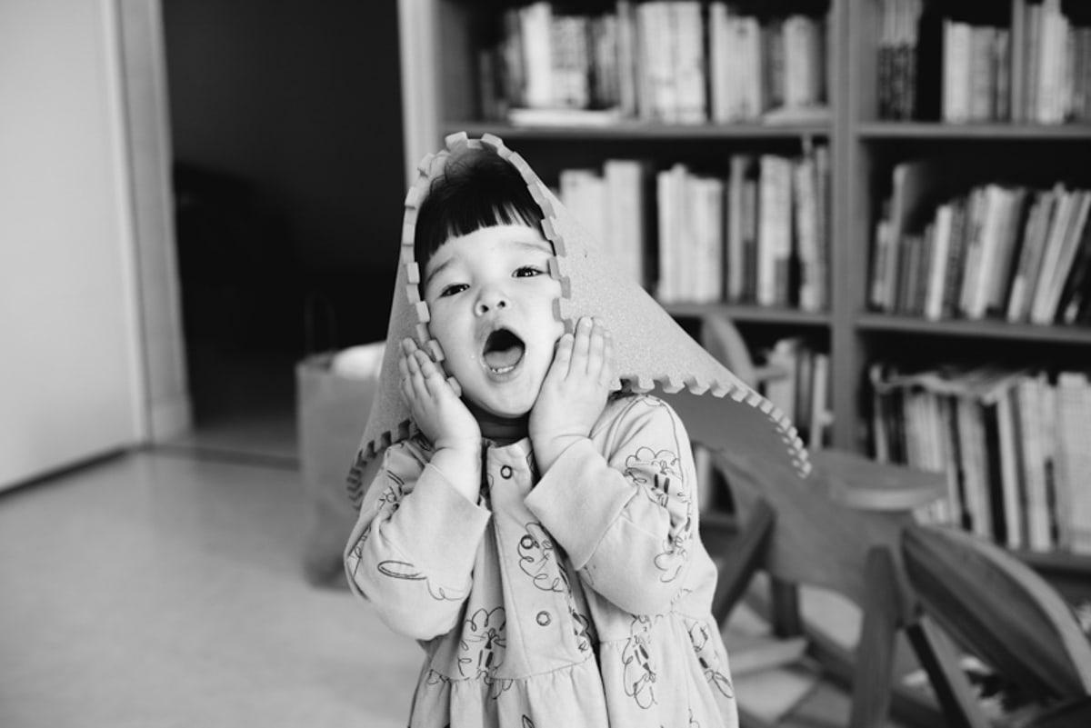 Une fillette joue avec une dalle en liège sur sa tête dans sa maison à Ancenis
