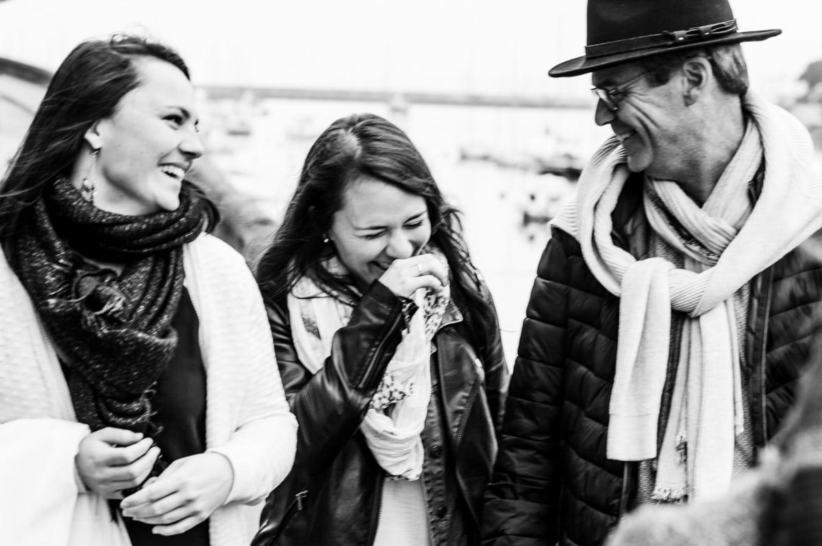 Un père et ses deux filles rigolent lors d'une promenade à Pornic, près de Nantes