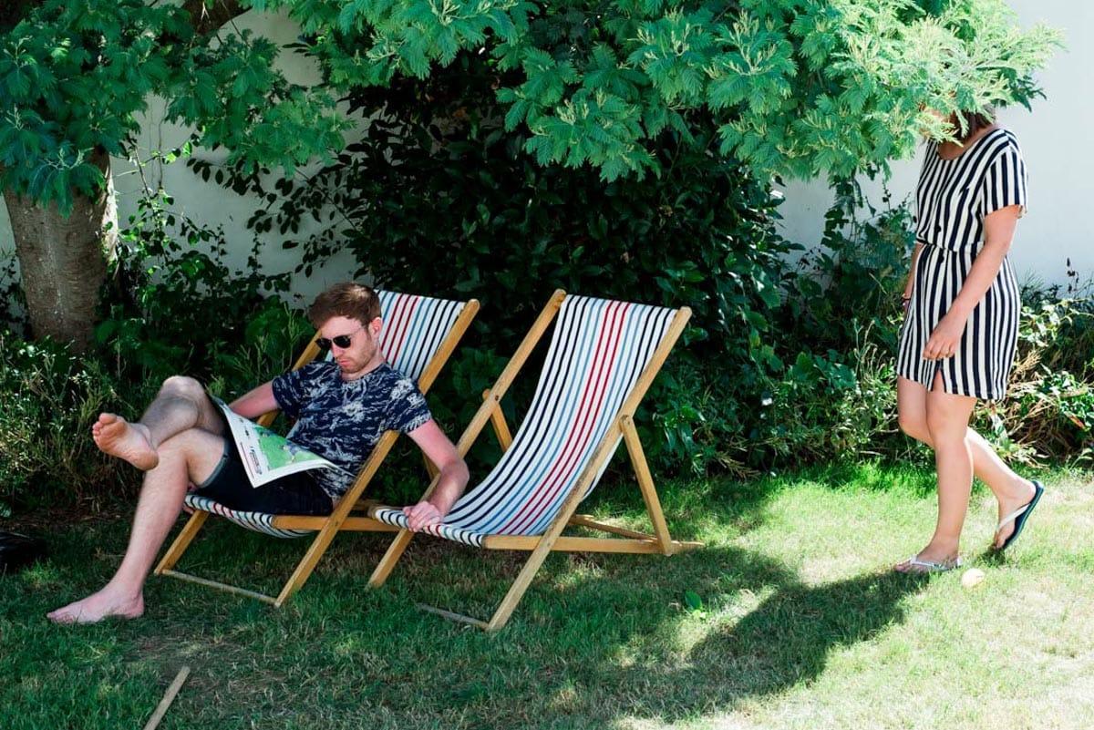 un homme se détend dans une chaise longue dans un jardin à Noirmoutier