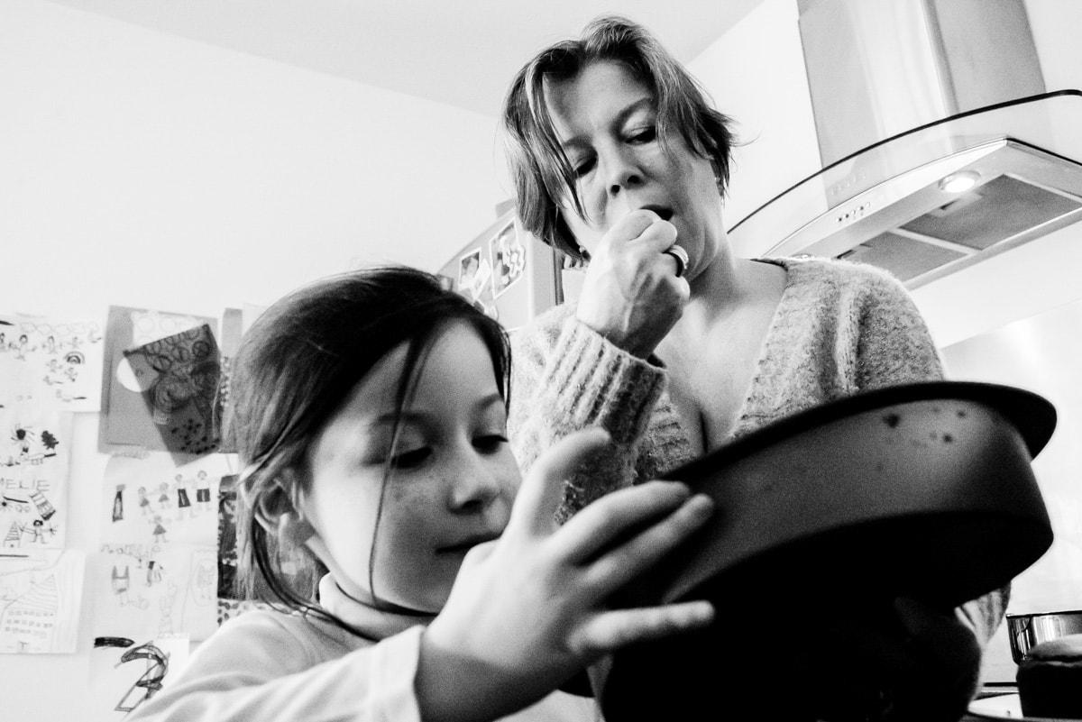 une maman et sa fille lèchent le plat du gâteau au chocolat à Nantes