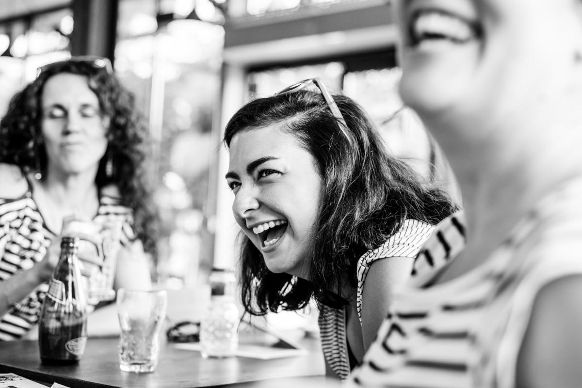 Une amie rigole lors d'un EVJF au café de la Branche à Nantes