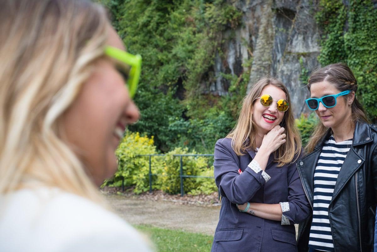 3 copines rigolent, elles portent des lunettes colorées.