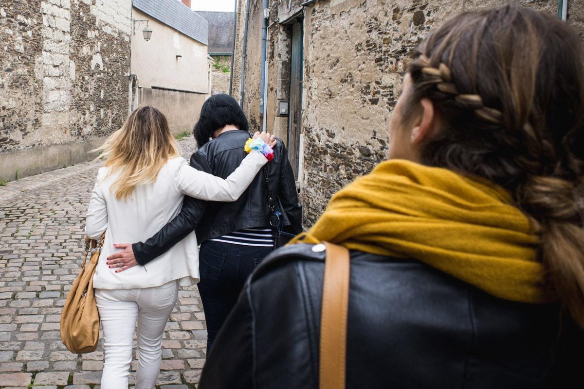 trois copines en balade à Angers, avec leurs veste en cuir et foulard jaune
