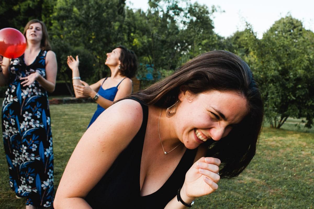 La soeur de la mariée rigole dans le jardin de famille dans le layon.