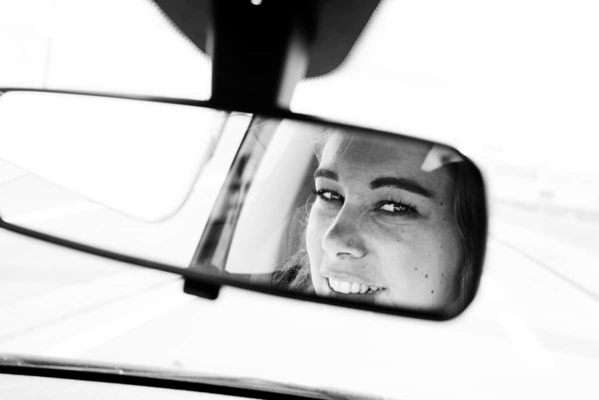 La témoin nous regarde dans le rétroviseur lors d'un EVJF à Nantes.