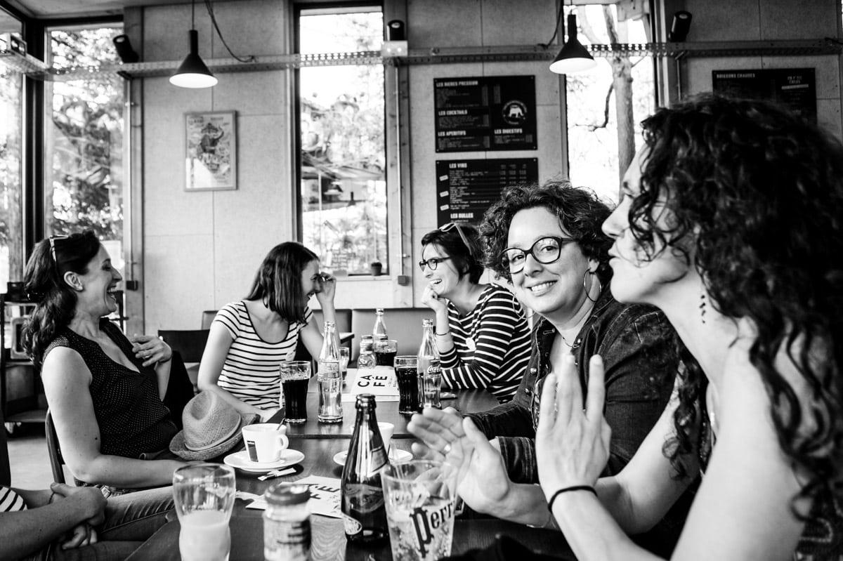 Un groupe de fille qui rigole au café de la Branche lors d'un enterrement de vie de jeune fille à Nantes aux machines de l'ile.