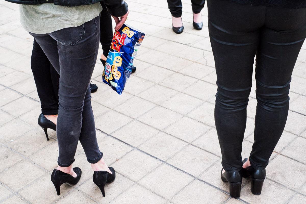 Les filles font un break Monster Munch pendant un enterrement de vie de jeune fille à La Baule..