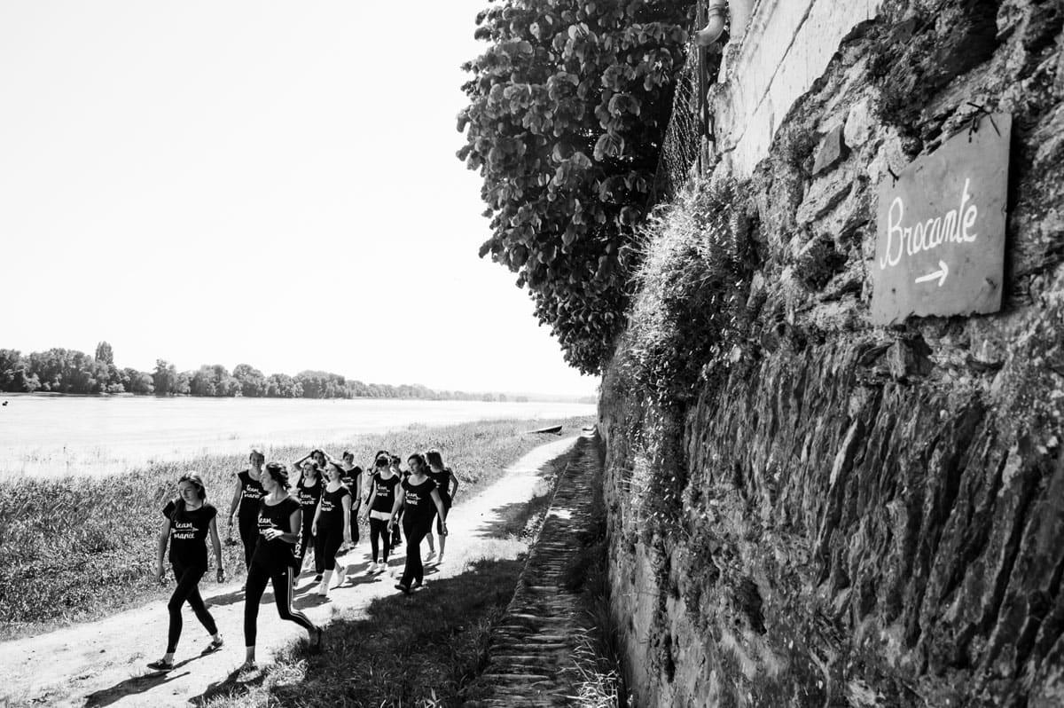 un groupe de copine à Bouchenmaine marcche le long de la Loire.
