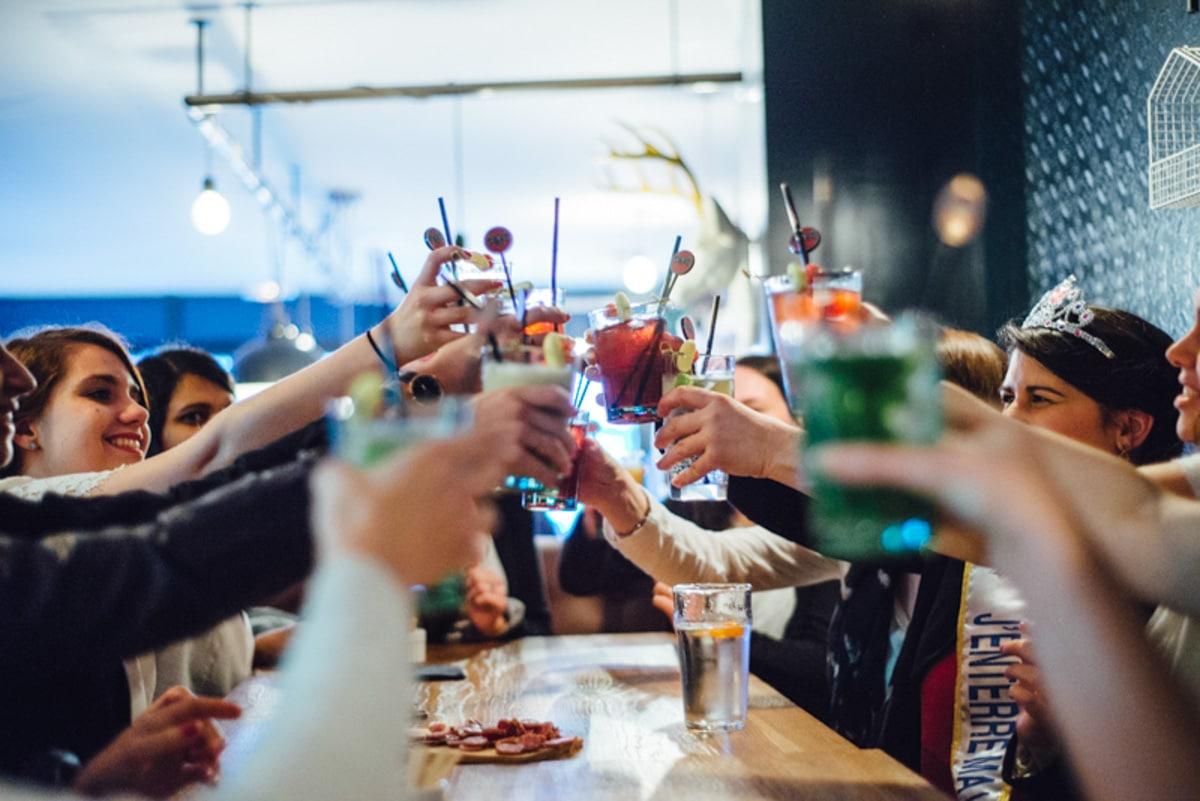 des amies trinquent lors d'un EVJF au bar les cocottes à Angers.