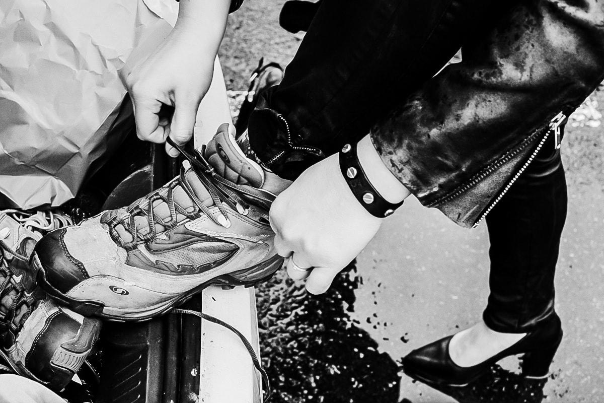 Une invité d'EVJF en blouson de cuir troque ses talons hauts pour une paire de chaussure de randonné à Saumur.