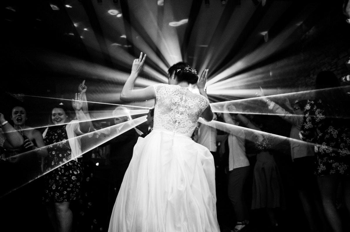 La mariée danse devant les lumières au domaine du pas Jahan