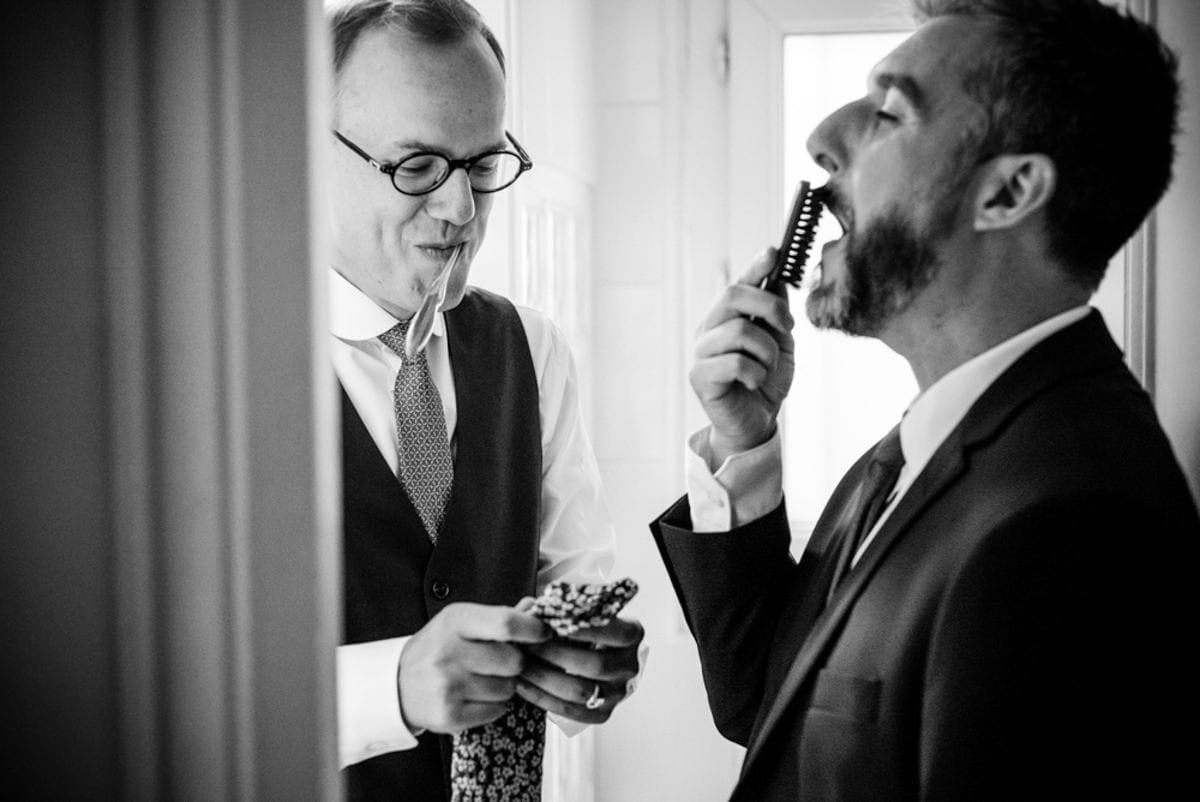 Deux hommes se préparent avant leur mariage à Paris