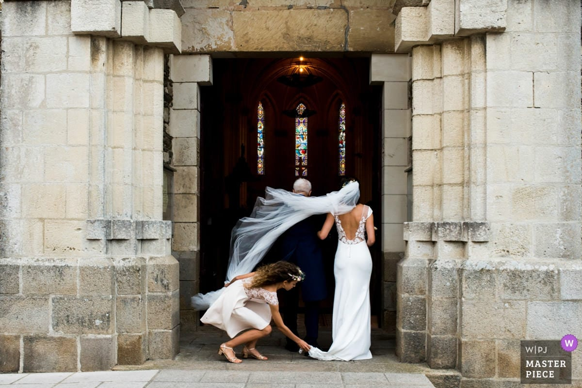 Le voile de la mariée dans le vent à l'entrée de l'Eglise de Sainte Marie de Pornic
