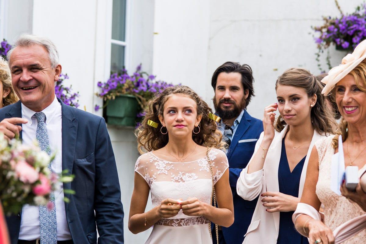 Des confettis dorés s'envolent dans les cheuveux de la demoiselle d'honneur trés émue lors d'un mariage à Pornic