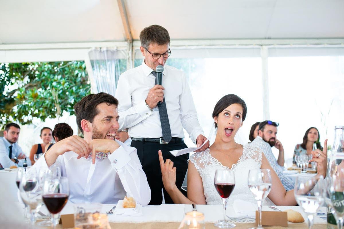 La mariée lève les yeux au ciel pendant le discours de son père sous une tente blanche à Redon