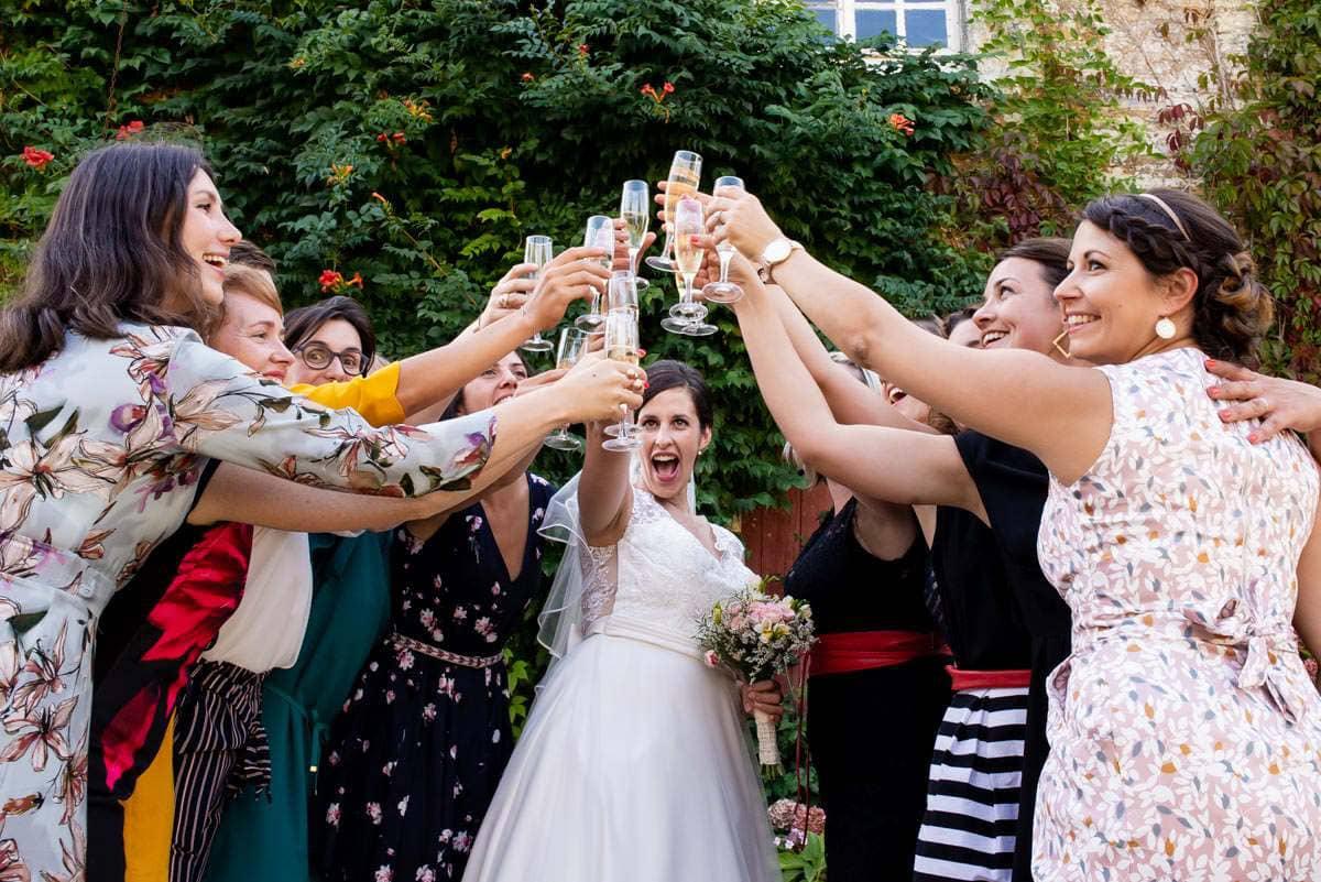Le groupe des copines de la mariée lève sa flûte de champagne des le chateau de Pont Veix