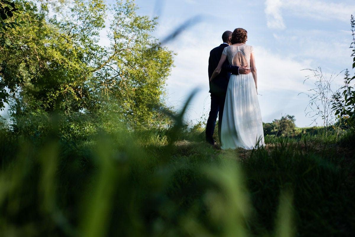 Les mariés de dos contemple la Loire à Chalonnes sur Loire-