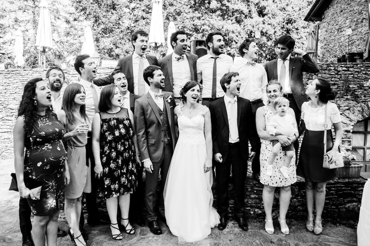 un groupe d'invités appelle un ami pour la photo de groupe au château de la colaissière