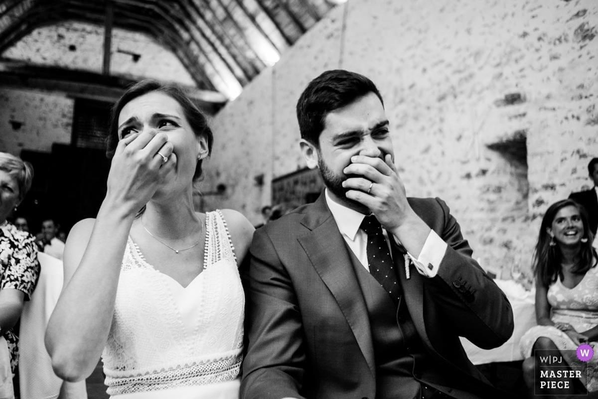 Les mariés éclatent de rire devant leurs invités au château de la Fresnay à Saint Aubin sur Ligné