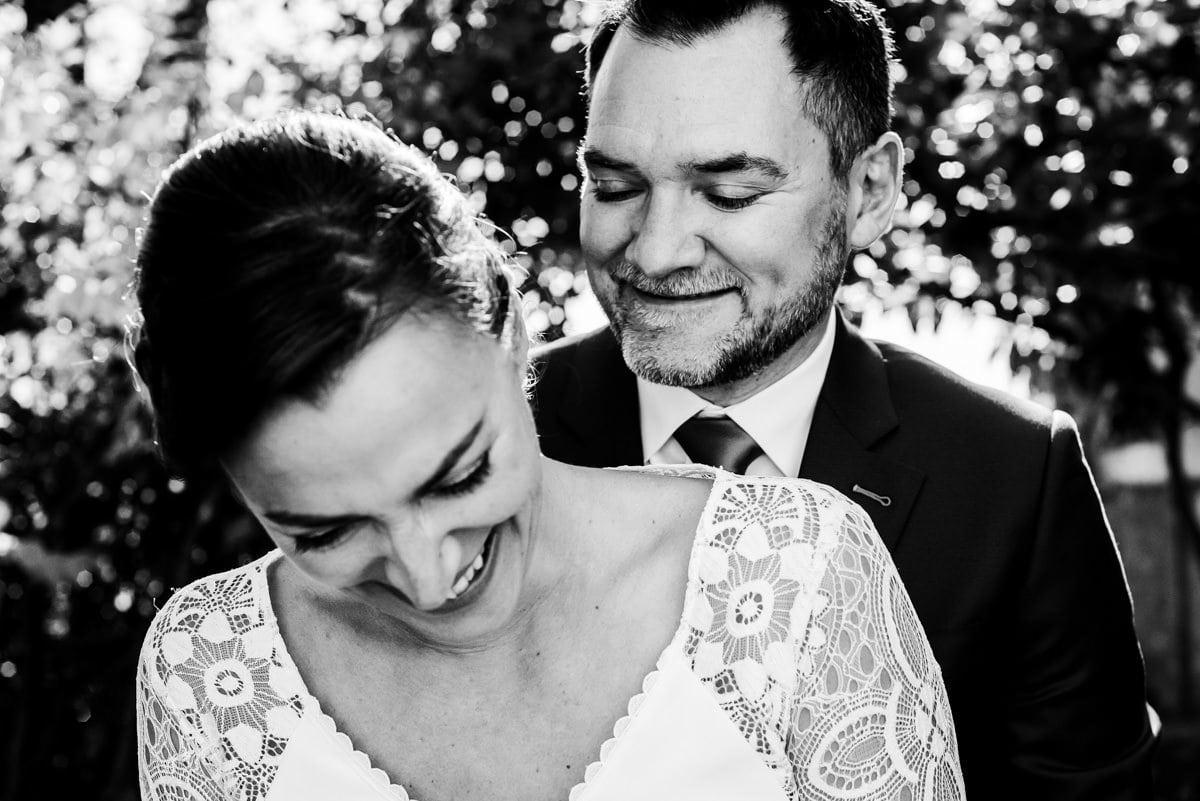 Les mariés partagent un moment de joie dans l'intimité du parc du château de Montrésor