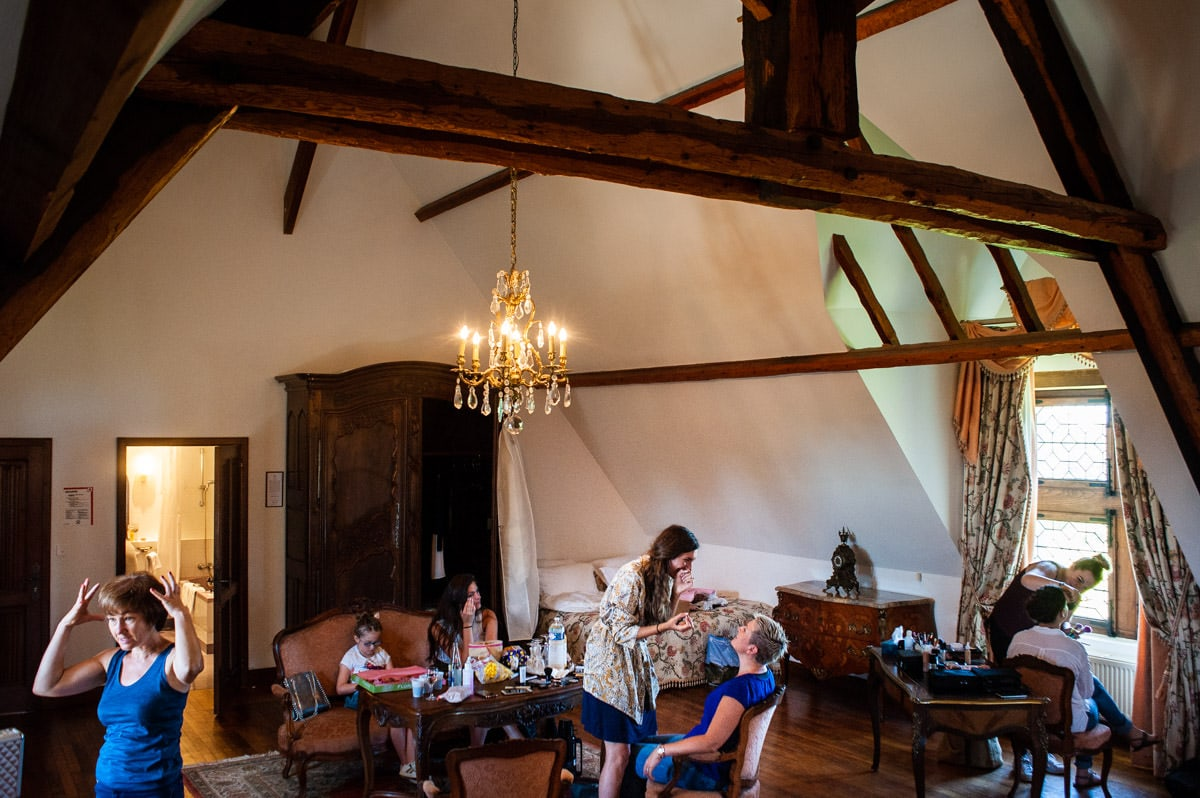Dans la chambre François 1er, la mariée et ses proches se préparent.