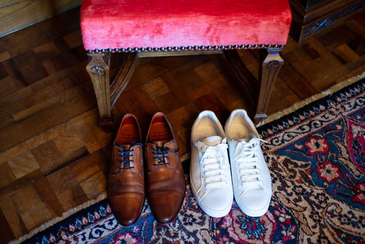 Les chaussures et les basquets du marié sont bien rangées en attendant la cérémonie de mariage