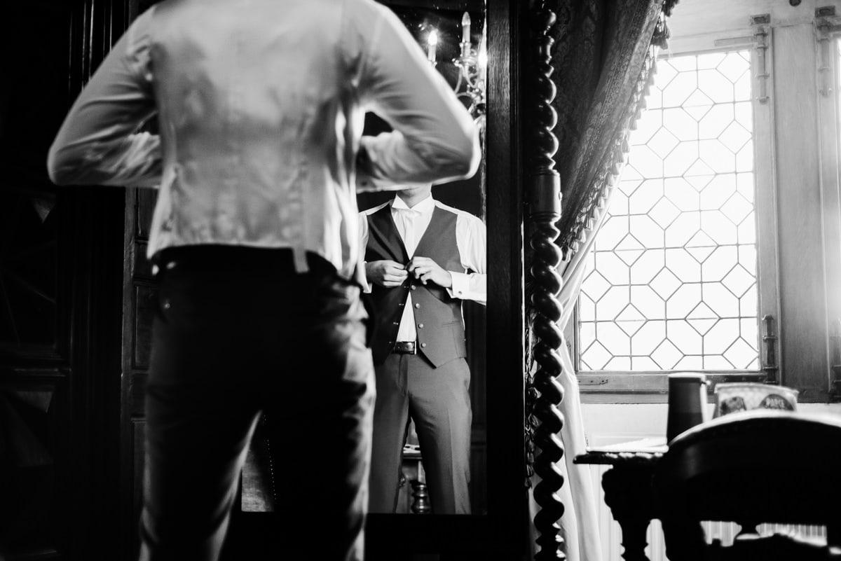 Le marié se prépare dans la chambre du Sénéchal du château de la colaissière