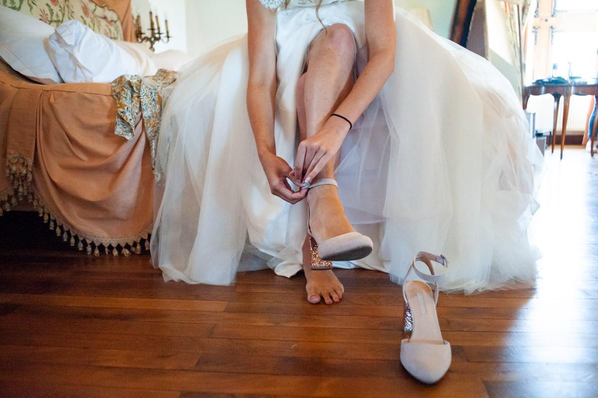 La mariée chausse ses chaussures à paillettes