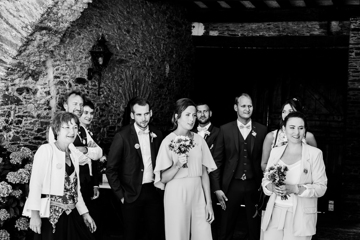 Les invités attendent l'artrivée de la mariée dans la cours du château de la Colaissière