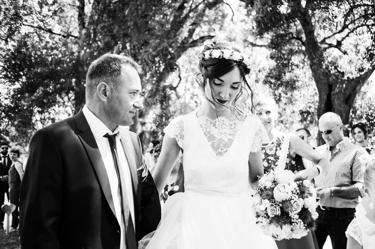 Le père de la mariée amène sa fille à la cérémonie laïque