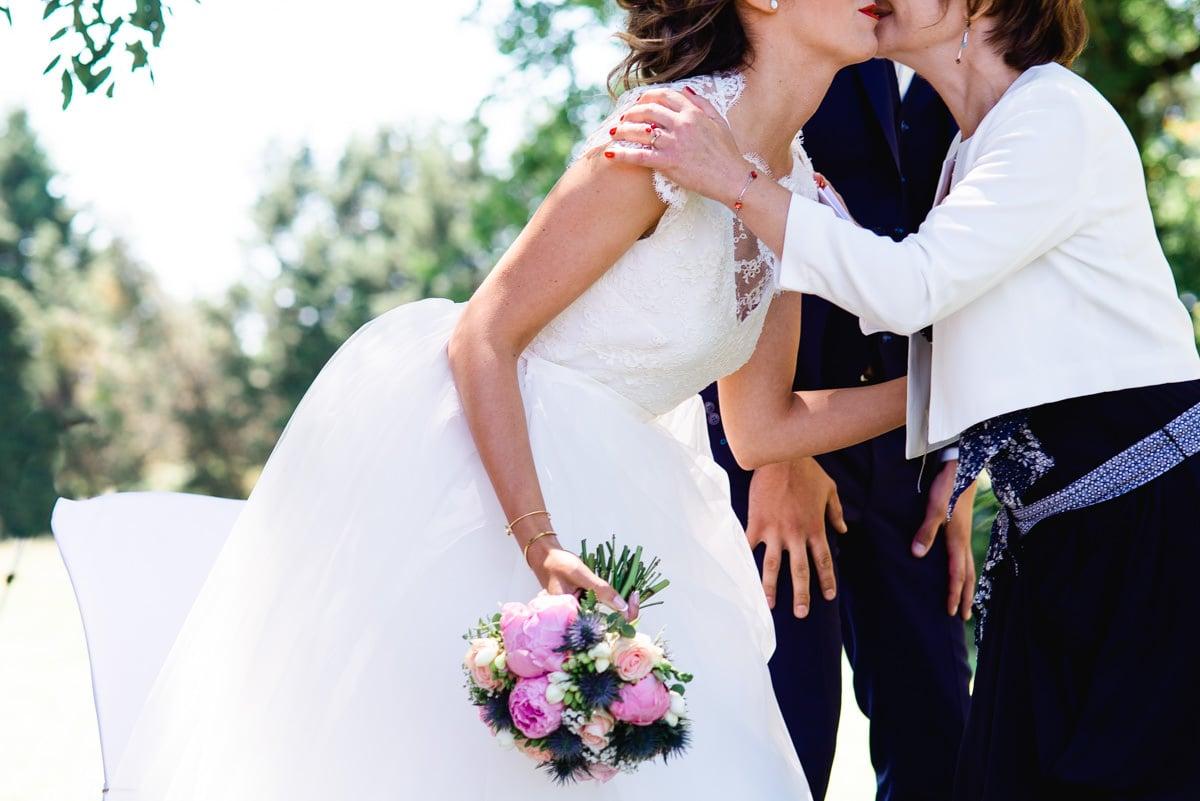 La belle mère embrasse sa belle fille lors du mariage