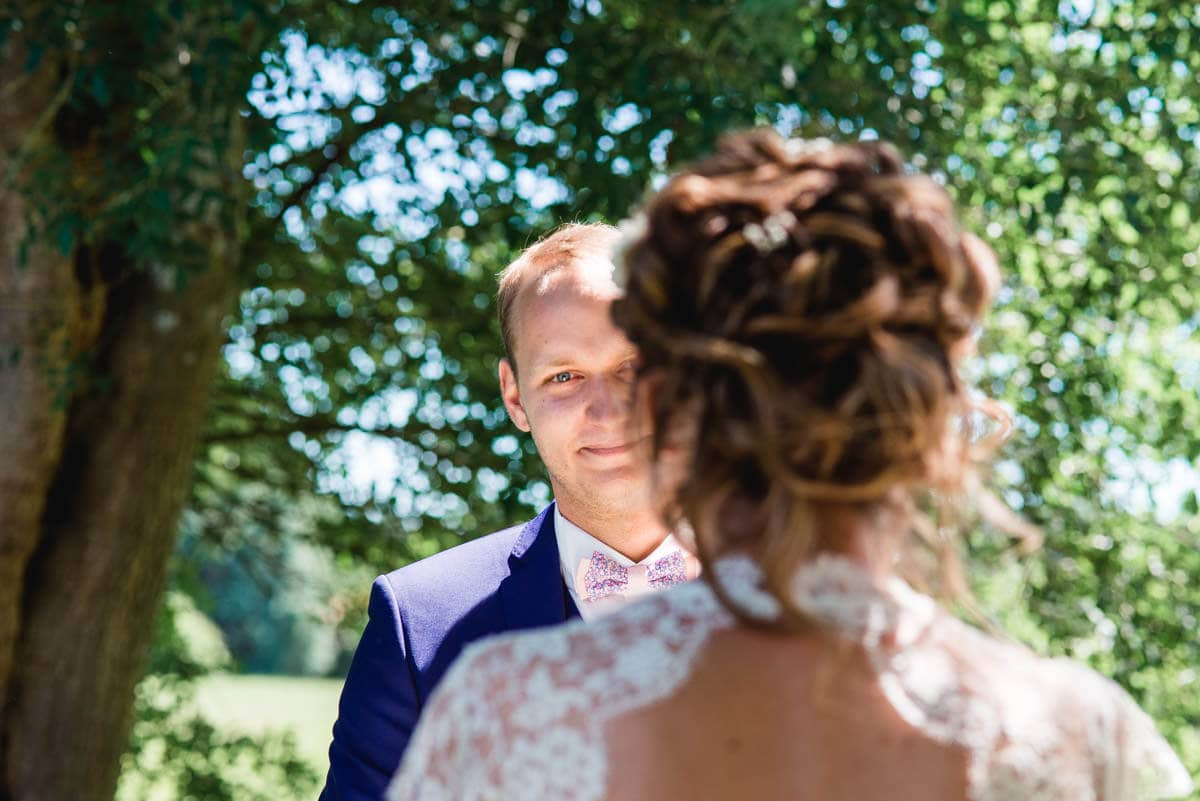 Le marié est ému en écoutant sa femme lire ses voeux d'engagement
