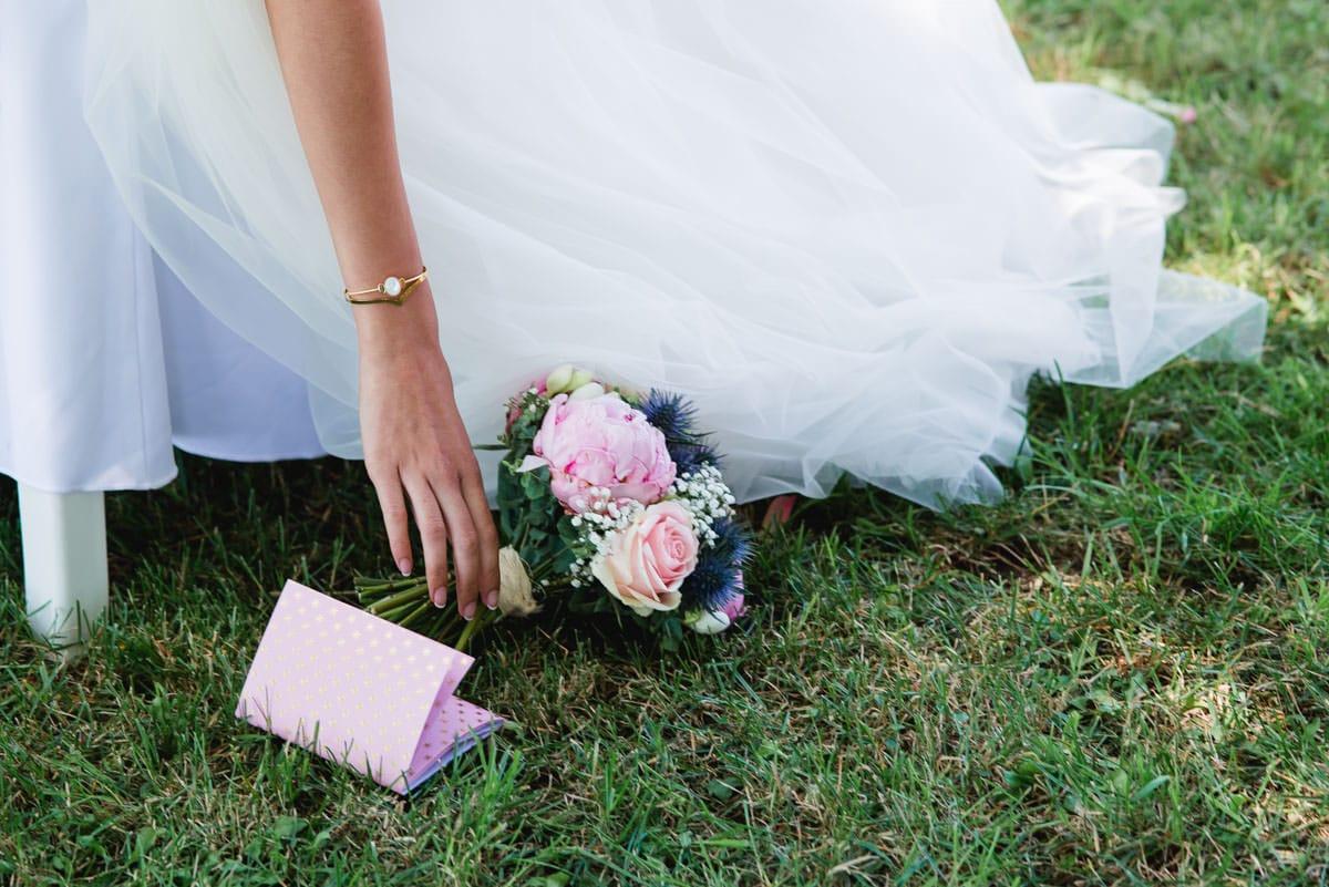 La mariée ramasse sont bouquet de pivoines et de chardons