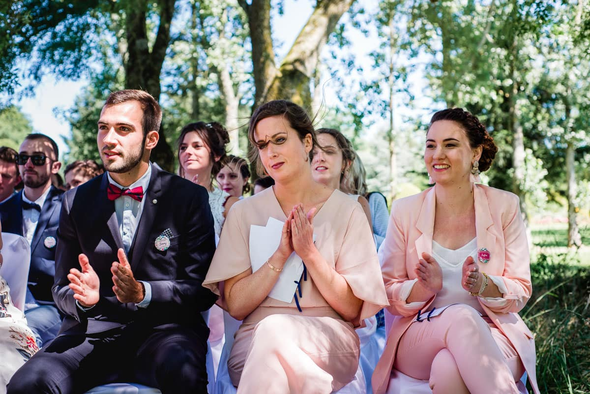 Le vent souffle dans les cheveux des invités à la cérémonie laïque du mariage chic et champêtre à Nantes.