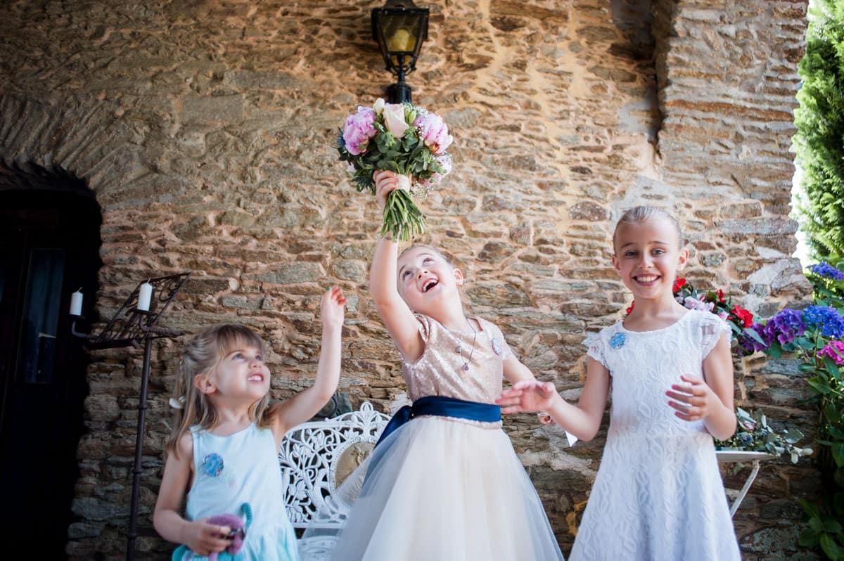 Un demoiselle d'honneur joue avec le bouquet de la mariée