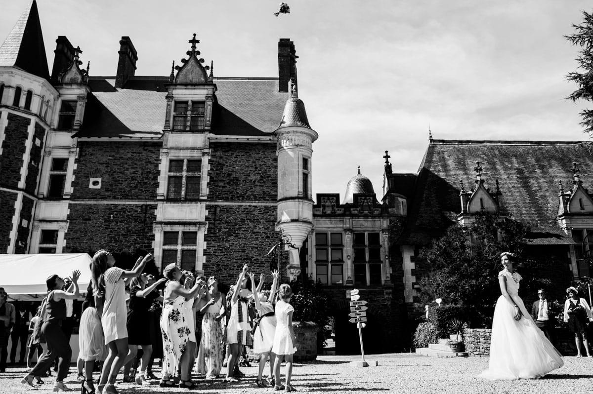 Lancé de bouquet pour la mariée au château de la Colaissière