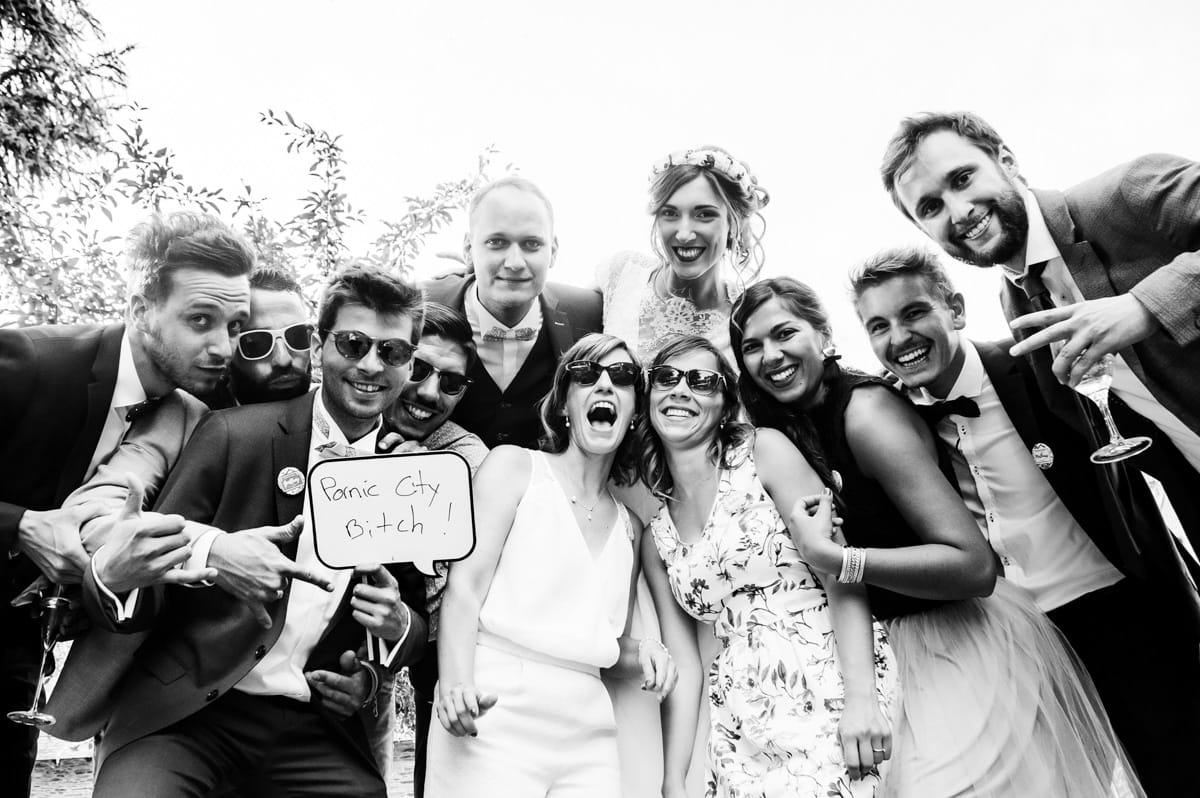 photo de groupe sympa au mariage chic et champêtre de Nantes