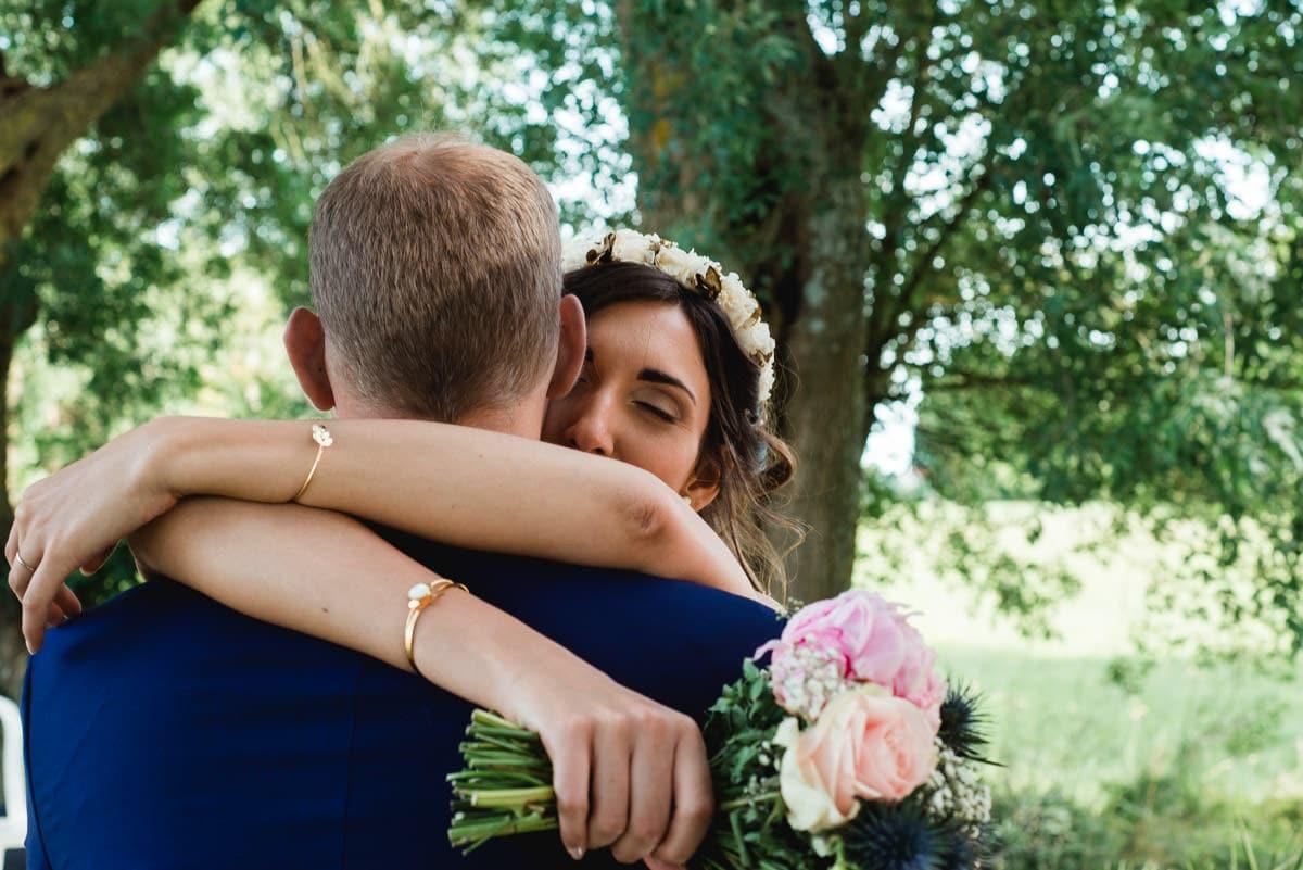 les mariés s'enlassent pendant les photos de couple au château de la colaissière