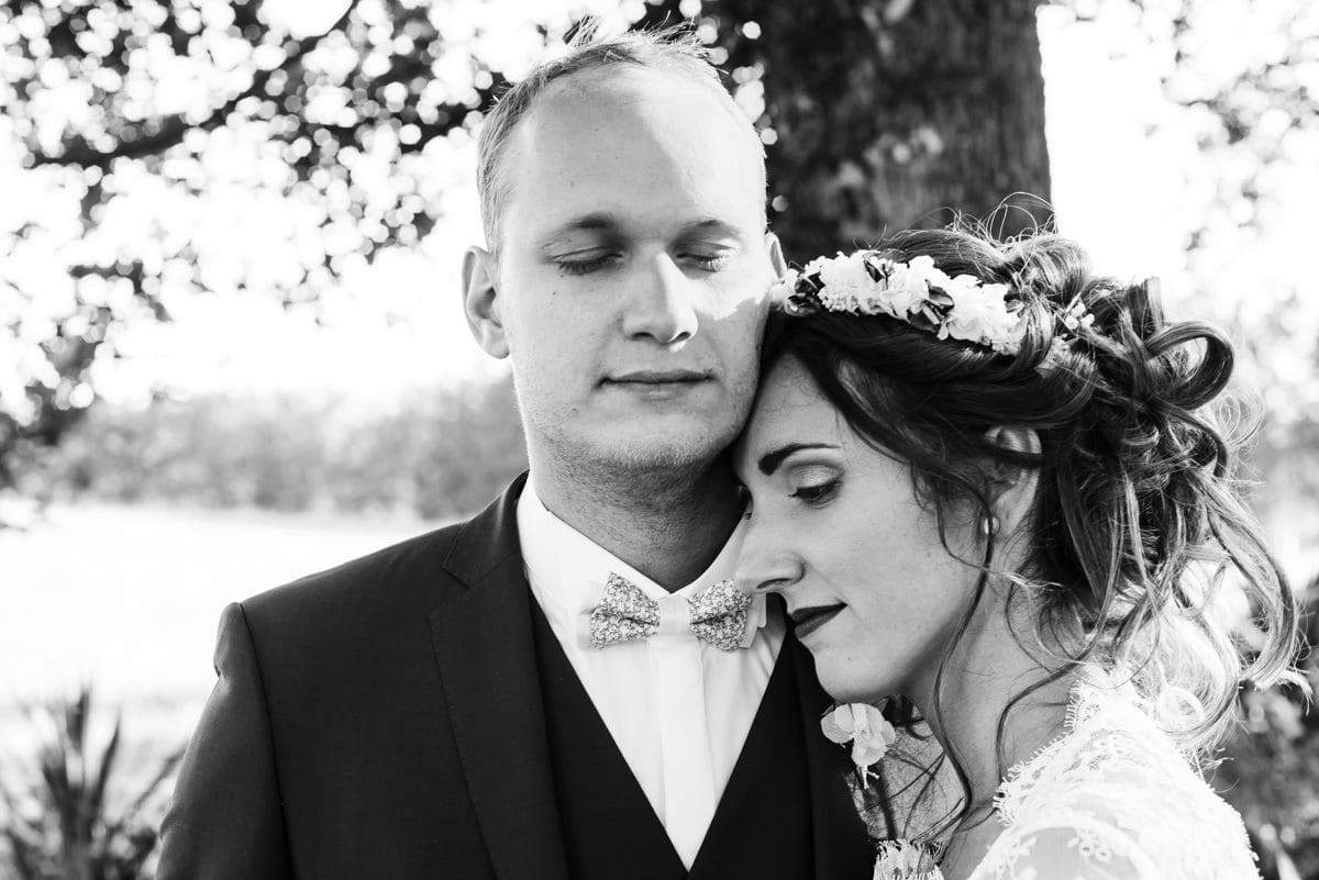 Le marié accueille la douceur de sa femme au creux de son cou