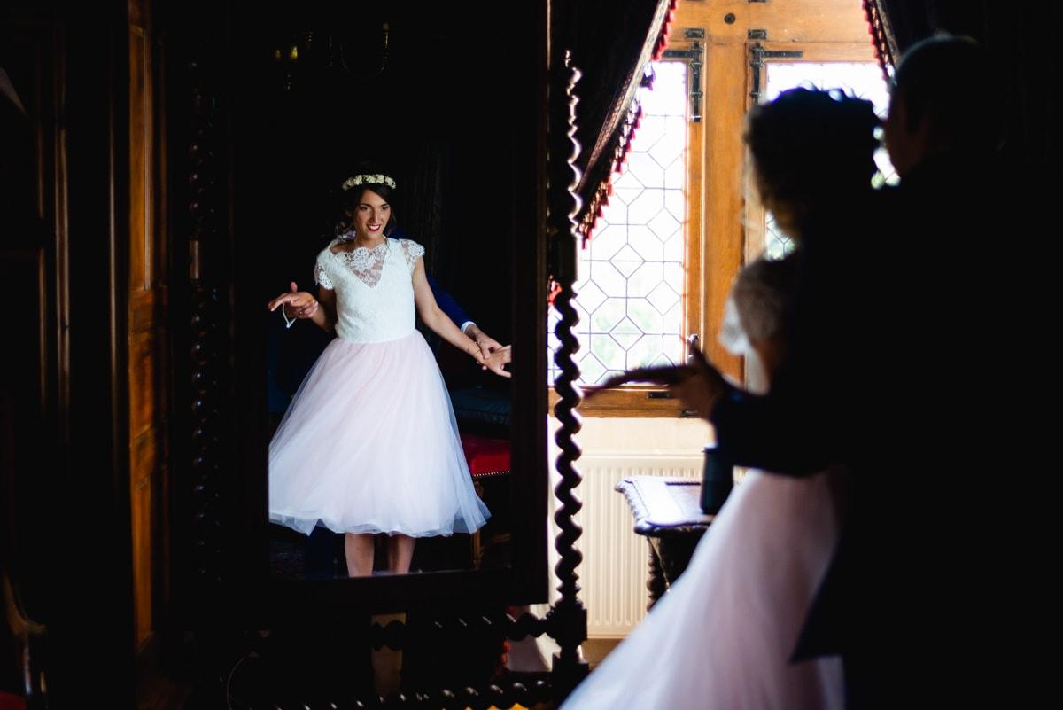 Les mariés dansent le Lindy Hop devant un miroir