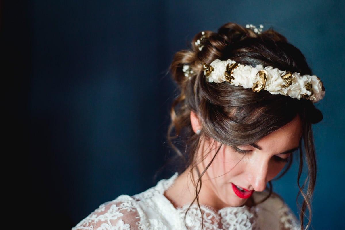 """La mariée porte une couronne de fleur """"Les couronnes de Victoire"""""""