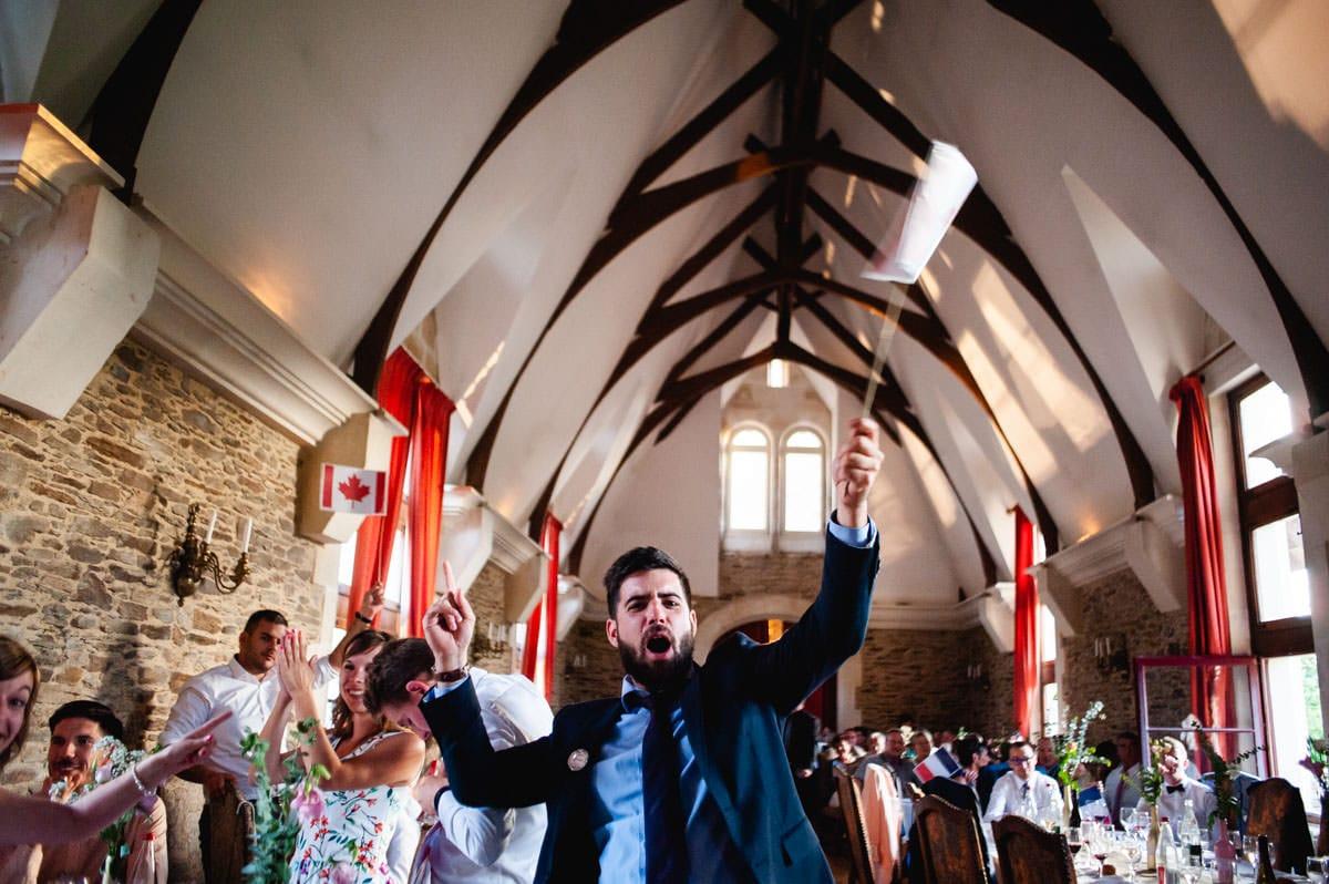 un invité s'exclame lors du jeu des mariés au chateau de la colaissière