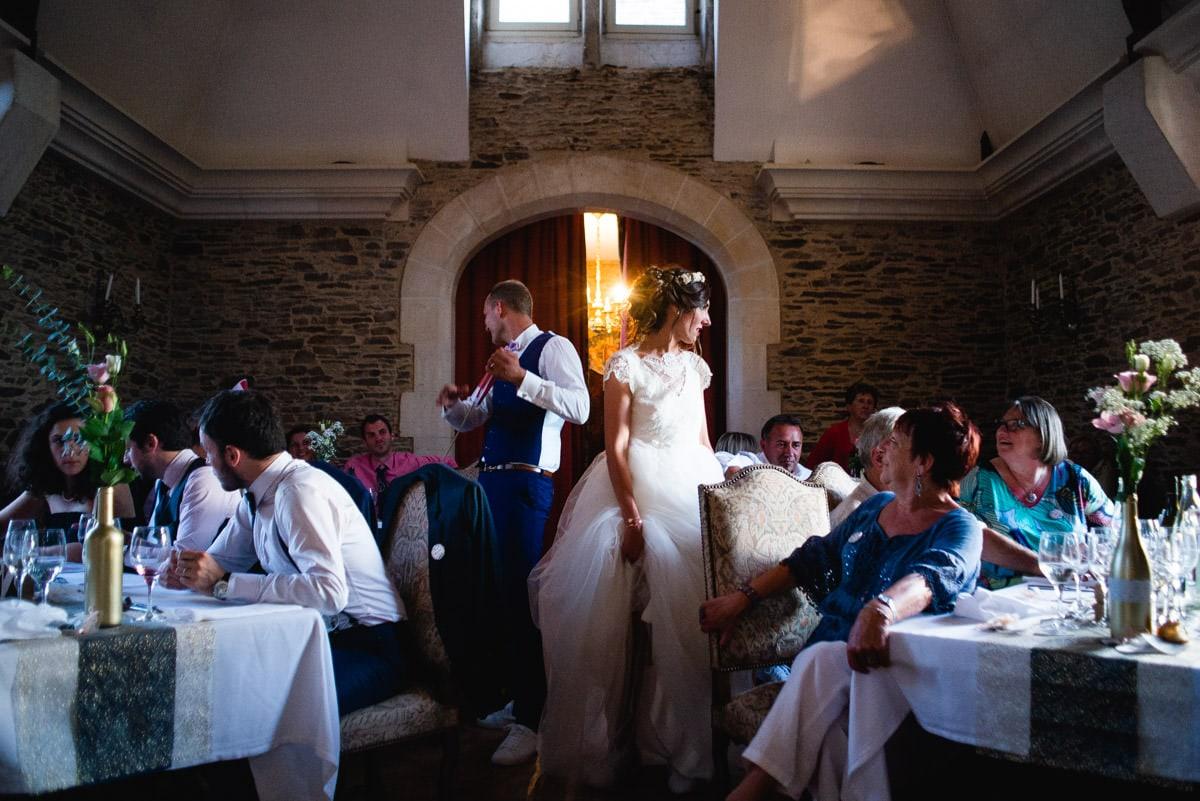 les mariés font le tour de la salle lors du repas de leur mariage